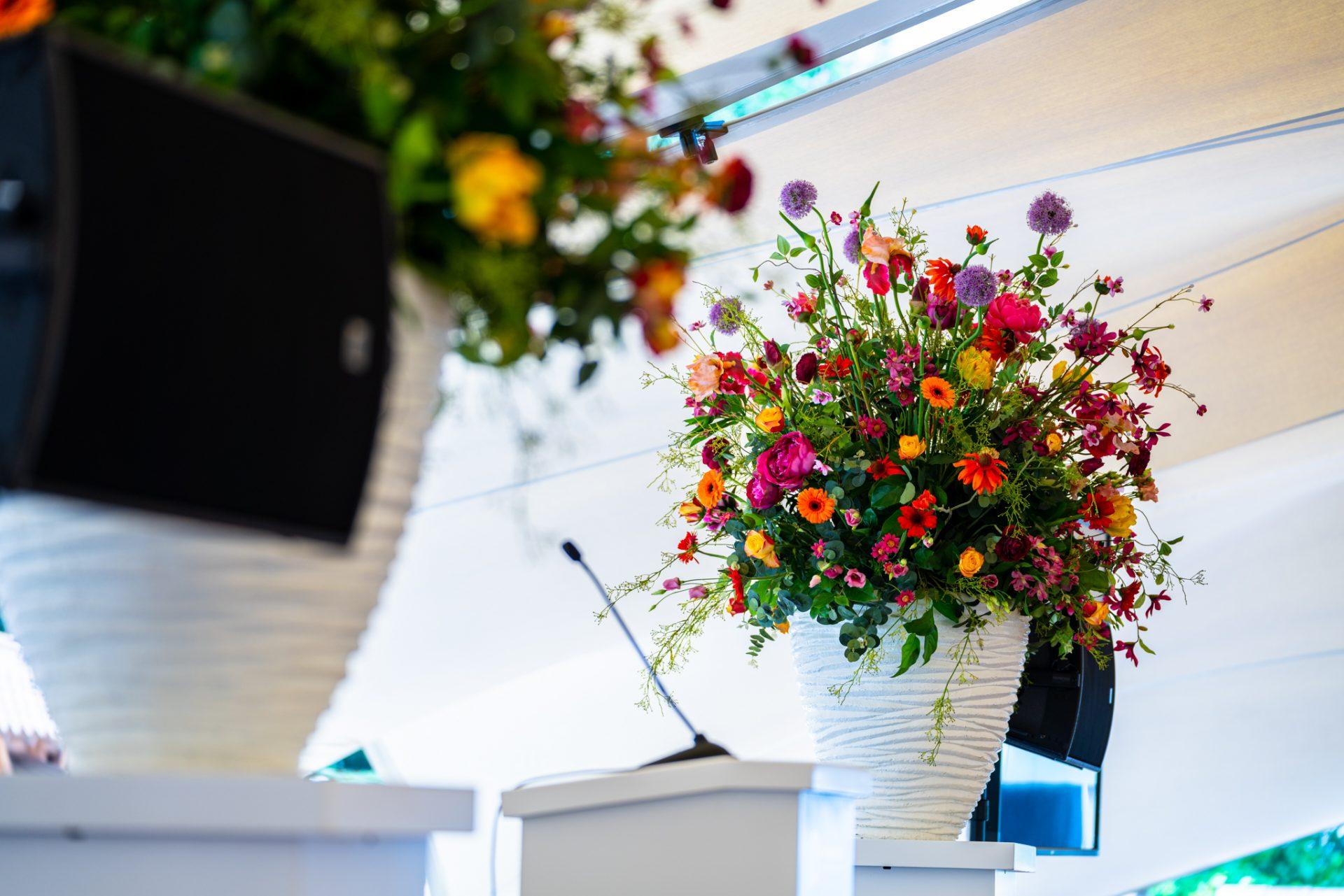 arend vogelensangh kleurrijke bloemen in witte pot