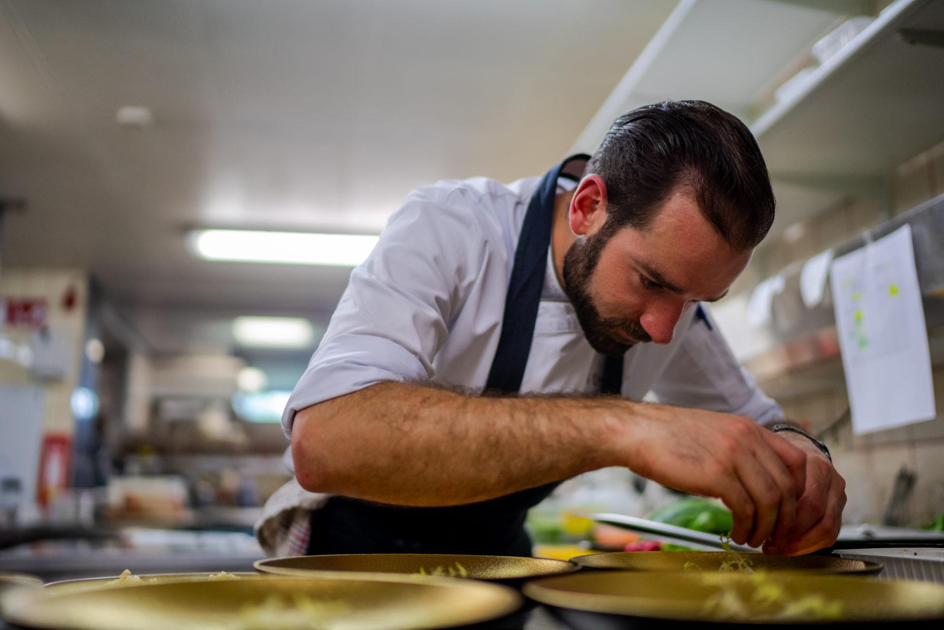 Arend-chef-aan-het-werk-keuken